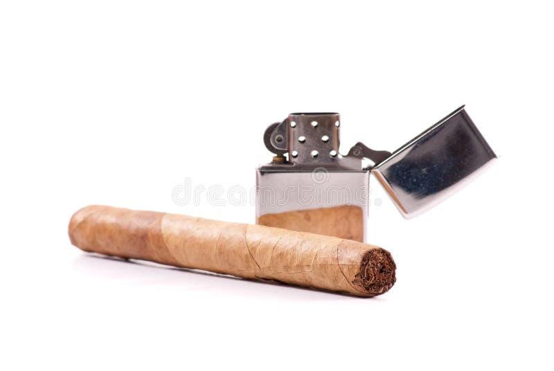 Feine Zigarre mit Feuerzeug lizenzfreie stockfotos