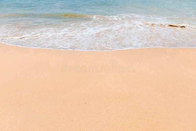 feiner weicher Sand auf dem Strand und der Welle stockfotos