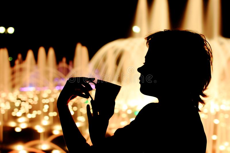 Feines Mädchen auf der Straße ein Wintergetränk, Kakao, Glühwein trinkend stockbilder