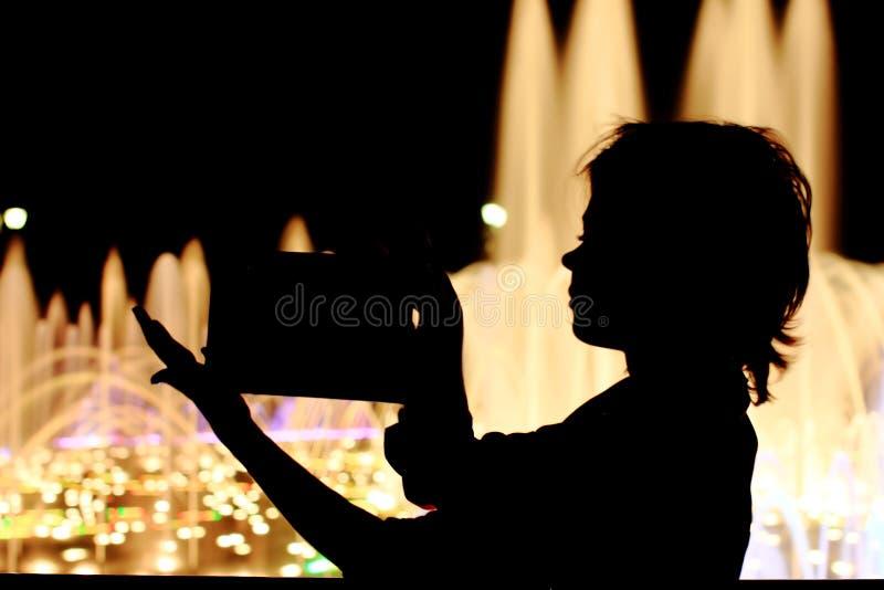 Feines Mädchen auf der Straße mit Tablette, Hinweisschild in den Händen lizenzfreies stockfoto