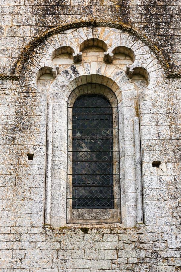 Feines Romanesquefenster in der Kirche des Heiligen Amand de Coly Fran stockfotografie