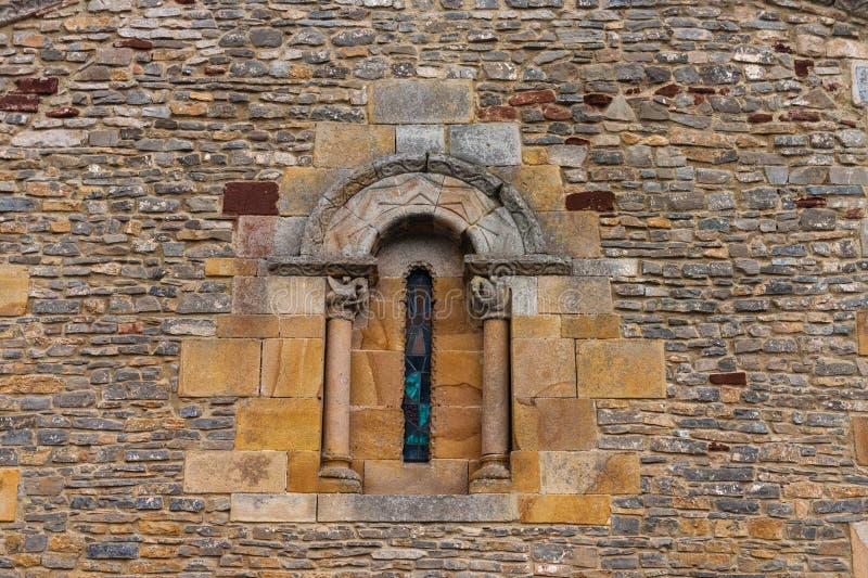 Feines Romanesquekirchenfenster stockbild