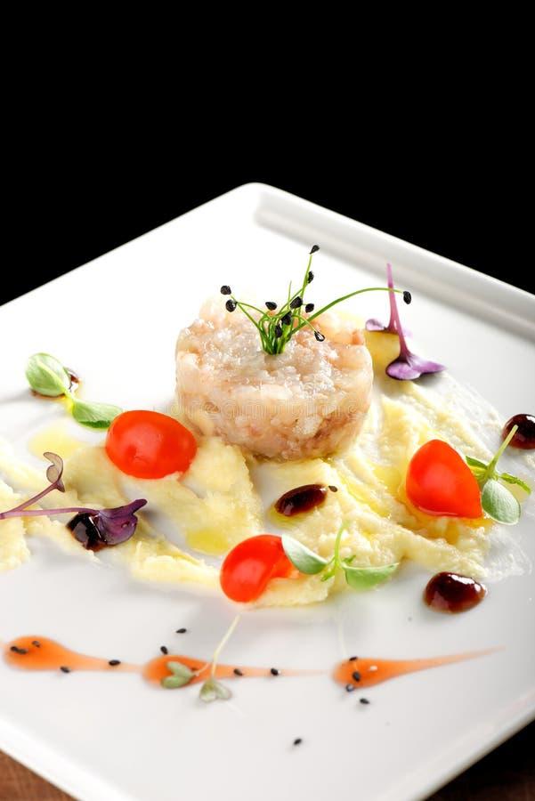Feines Speisen, eleganter Seebarsch tartare mit Kartoffel lizenzfreies stockbild