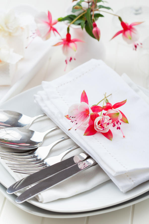 Feines Speisen - Tabelle verziert mit Blumen stockfotografie
