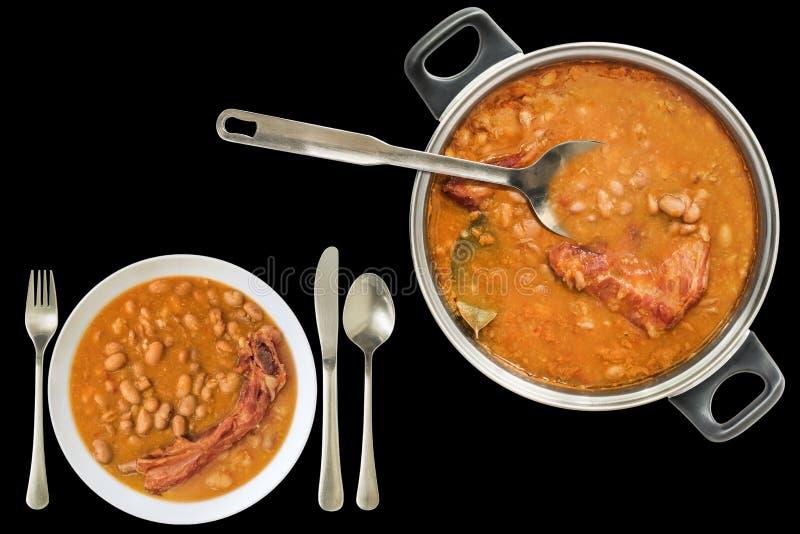 Feinschmecker backte die Bohnen, die mit den geräucherten Schweinefleisch-Rippen gekocht wurden, die in großer Platte Saucepot un lizenzfreie stockbilder