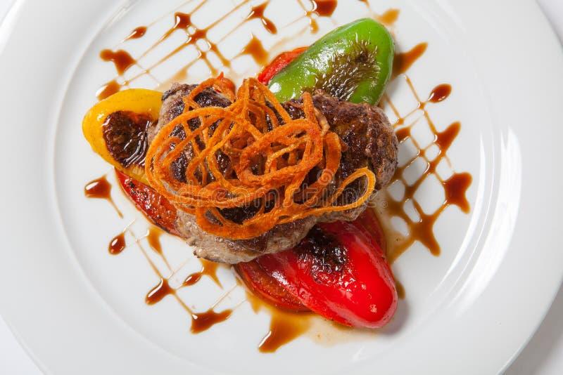 Feinschmecker briet Fleisch mit gegrillten Gemüsepfeffern, -zwiebel und -GRÜN lizenzfreies stockfoto