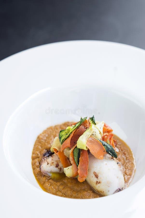 Feinschmecker füllte Kalmar mit Gemüse im Kürbiscurrypüree an lizenzfreie stockfotografie