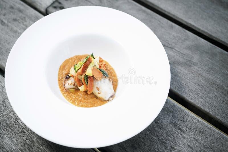 Feinschmecker füllte Kalmar mit Gemüse im Kürbiscurrypüree an lizenzfreies stockfoto