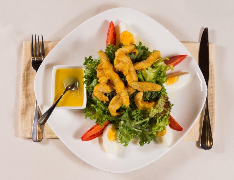 Feinschmecker Fried Chicken Meat Main Dish auf Kopfsalat lizenzfreies stockbild