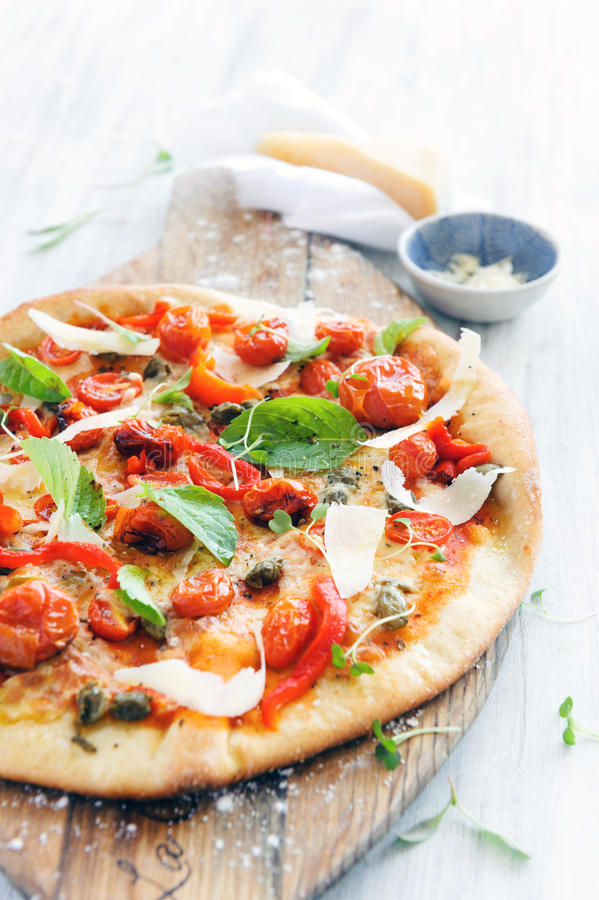 Feinschmecker gebratene Tomatenpizza lizenzfreie stockfotografie