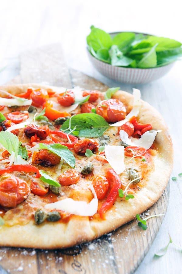 Feinschmecker gebratene Tomatenpizza stockfoto