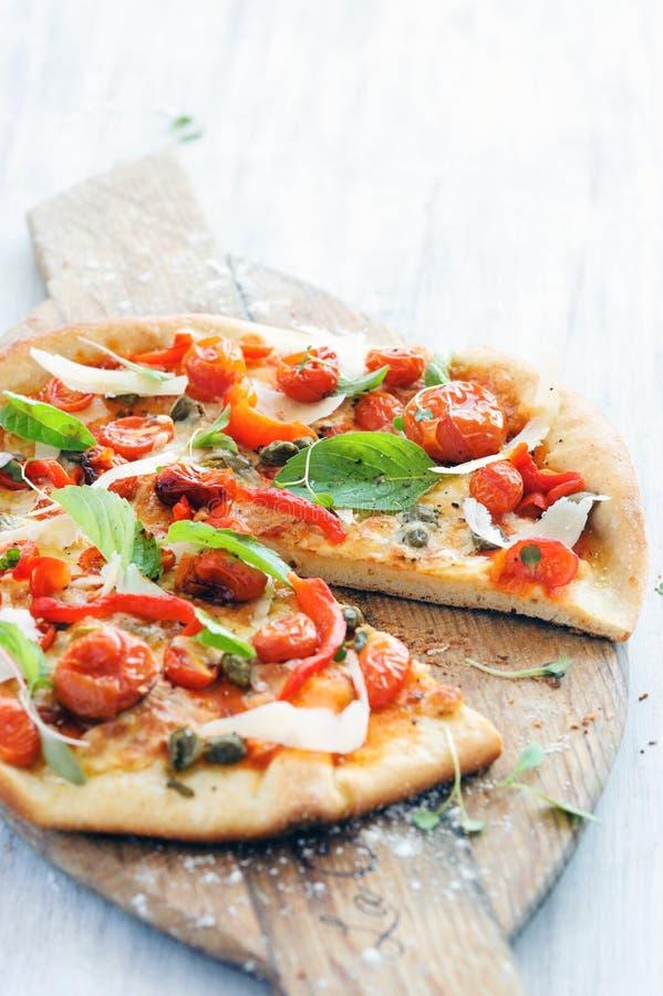 Feinschmecker gebratene Tomatenpizza stockfotos