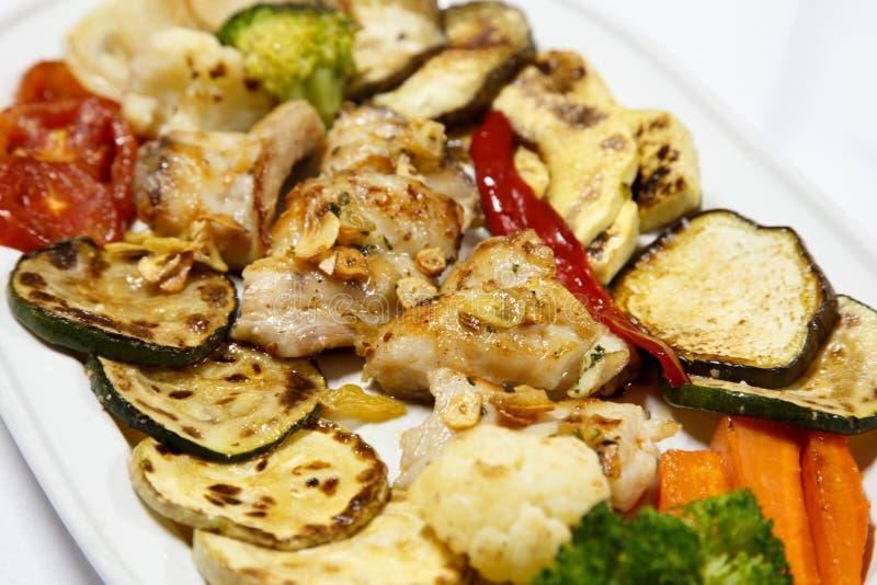 Feinschmecker gekochte Fische auf Platte mit Gemüse lizenzfreie stockfotos