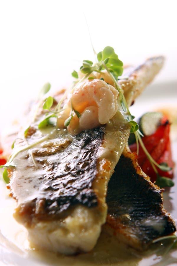 Feinschmecker grillte die Fische, die mit Garnelen gedient wurden stockbild