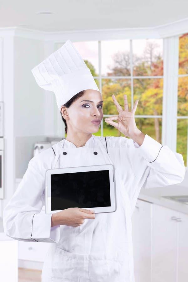Feinschmecker mit Tablette und Deliciousnessgeste stockfotos