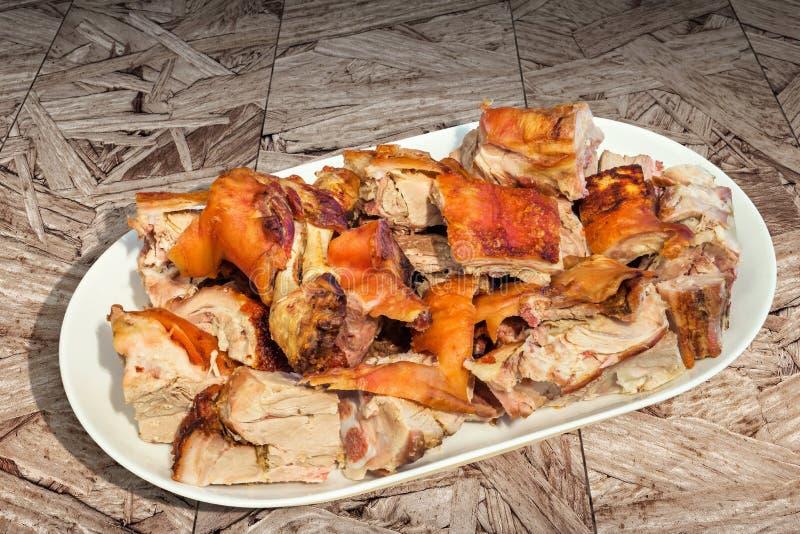 Feinschmecker spucken frisch die gebratenen Schweineschulter-Scheiben, die auf der Porzellan-länglichen Servierplatte gedient wer lizenzfreies stockfoto