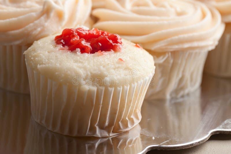 Feinschmeckerische Erdbeere füllte kleine Kuchen - Ansicht des Füllens stockfotos