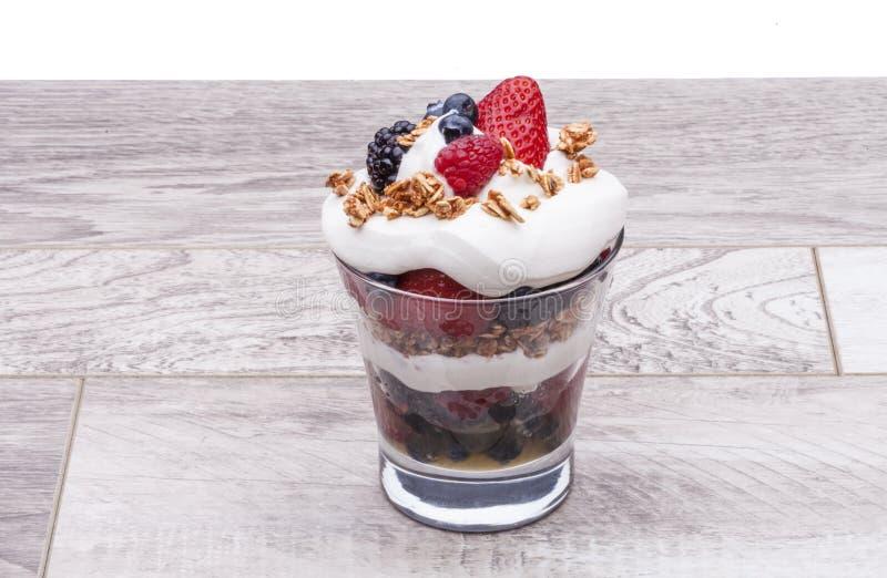 Feinschmeckerische Erdbeeren, Himbeeren, Brombeeren lizenzfreie stockbilder