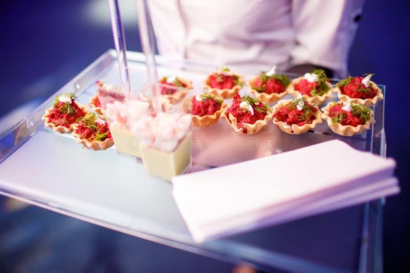 Feinschmeckerische köstliche Teller und Lebensmittel-Verpflegung (Fusions-Küche) stockfotos