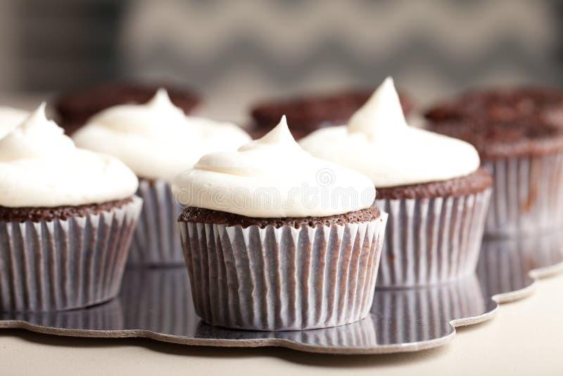 Feinschmeckerische kleine Kuchen der Schokolade - Seitenansicht stockfotos