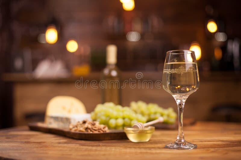 Feinschmeckerische Nacht in einem Weinleserestaurant mit Wei?wein- und K?seprobieren lizenzfreie stockbilder