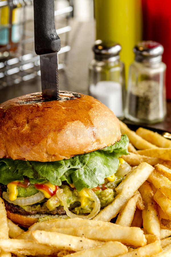 Feinschmeckerischer Kneipen-Hamburger und Fischrogen lizenzfreie stockfotos