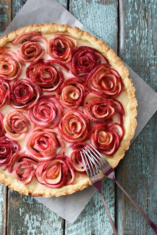 Feinschmeckerischer Nachtisch Rosafarbenes Füllen Torte Apples mit Sahne gedient auf bak lizenzfreie stockfotografie
