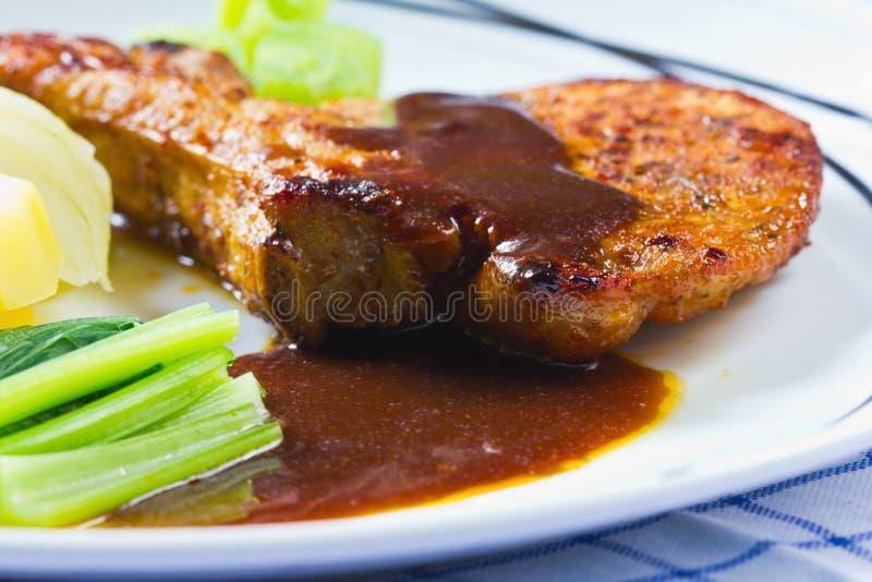 Feinschmeckerisches gegrilltes Steak (marinierte Rippe von Schweinefleisch) lizenzfreies stockbild