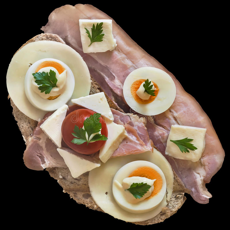 Feinschmeckerisches Sandwich mit Speck-Speckschnitten Gammon Ham Cheese And Eggs Slices und der Tomate lokalisiert auf schwarzem  lizenzfreie stockfotografie