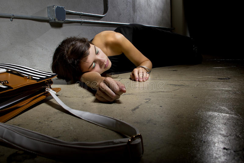 Feint γυναικών στην αλέα στοκ φωτογραφίες με δικαίωμα ελεύθερης χρήσης