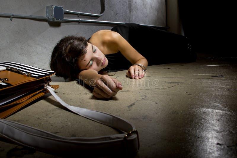 Feint женщины в переулке стоковые фотографии rf
