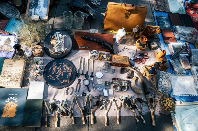 Feira da ladra com vendedores e clientes, Tbilisi, Geórgia fotos de stock