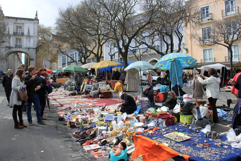Feira da Ladra marknad i Lissabon, Portugal royaltyfri bild