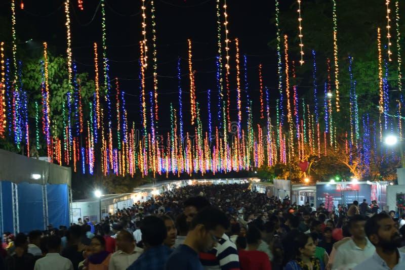 Feira de divertimento anual com variedade de entretenimento e de atividades comerciais imagem de stock