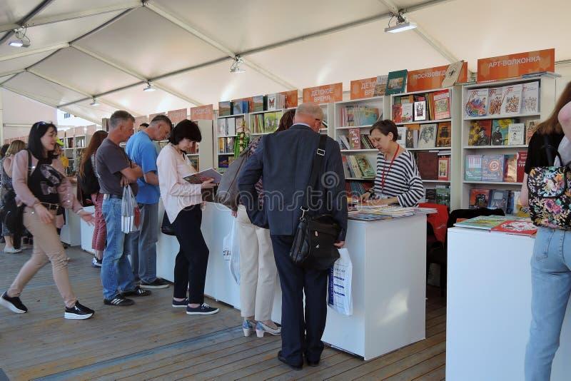 A feira de livro do quadrado vermelho em Moscou imagem de stock