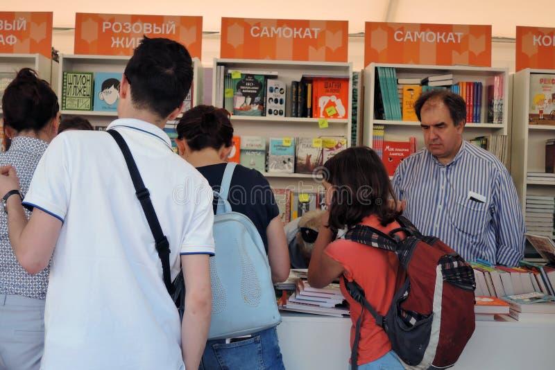 A feira de livro do quadrado vermelho em Moscou fotos de stock