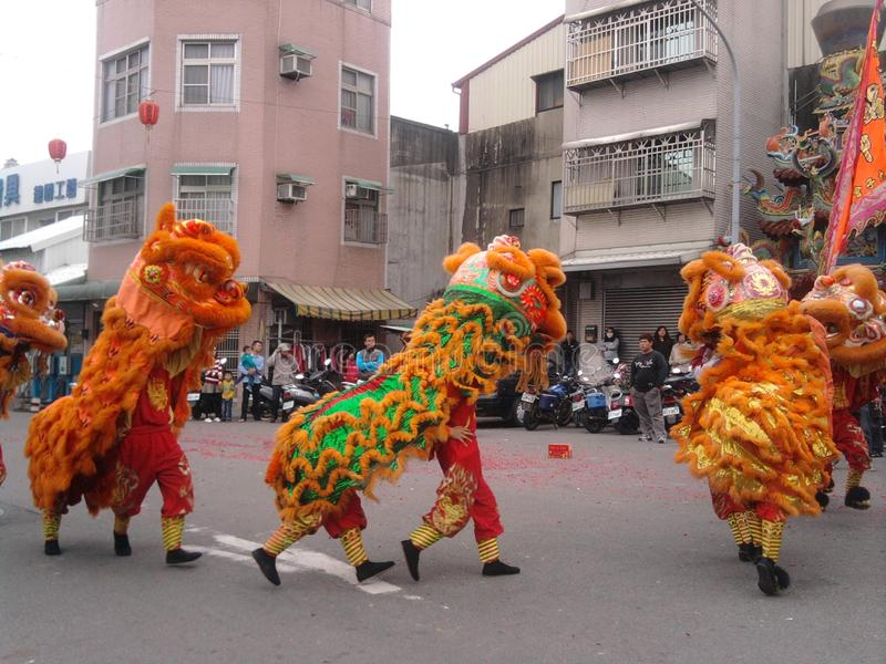 Feira tradicional em torno do evento - trupe do templo da dança de leão imagem de stock