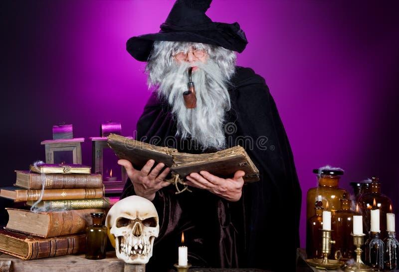 Feiticeiro de Halloween fotos de stock royalty free