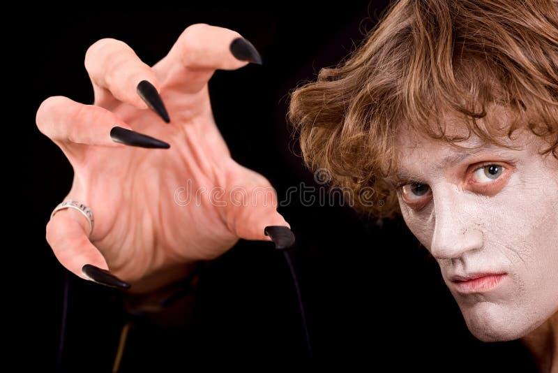 Feiticeiro do homem com mão da garra. Halloween. foto de stock royalty free