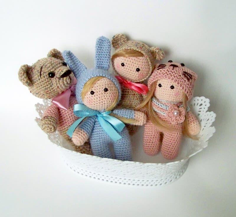 Feito mão Crochet que faz malha o urso de peluche bonito, a rã, a lebre e a raposa fotos de stock