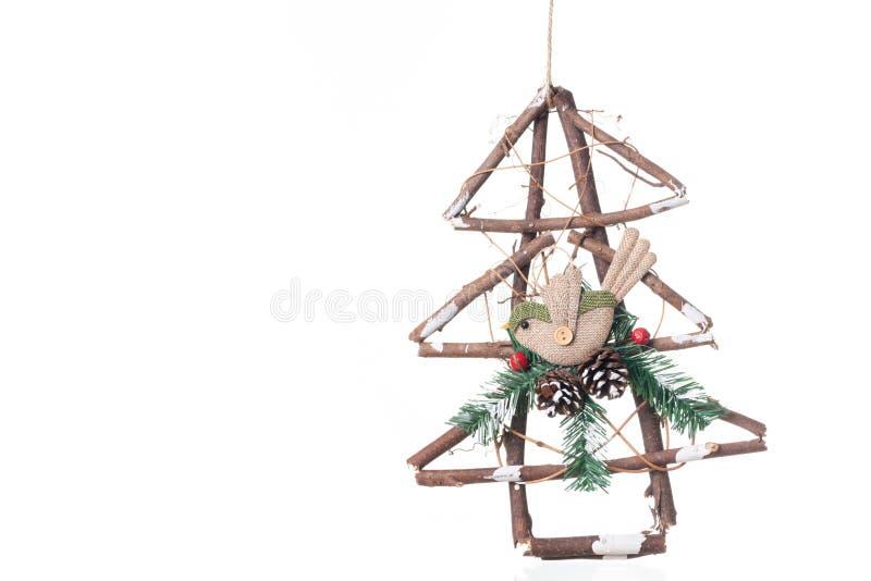 Feito a mão de decorações do pássaro e do pinheiro para o isolat do Natal fotografia de stock