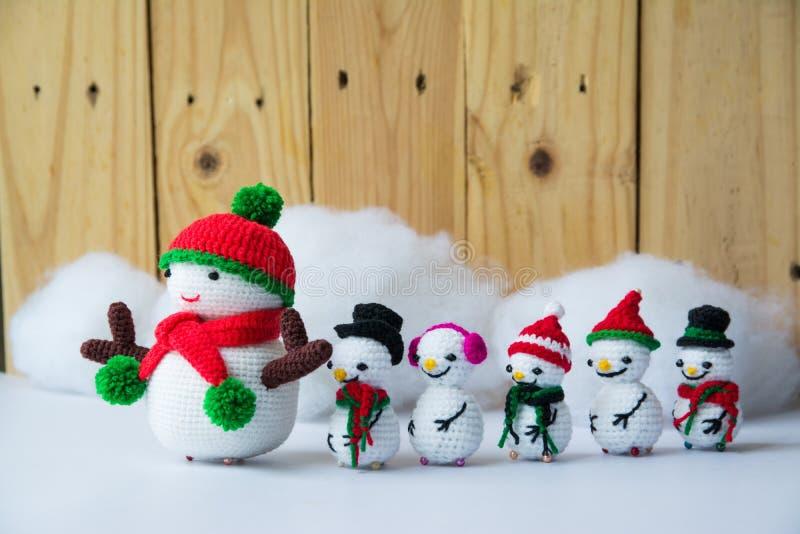 Feito a mão fazer crochê bonecas de confecção de malhas do boneco de neve fotos de stock