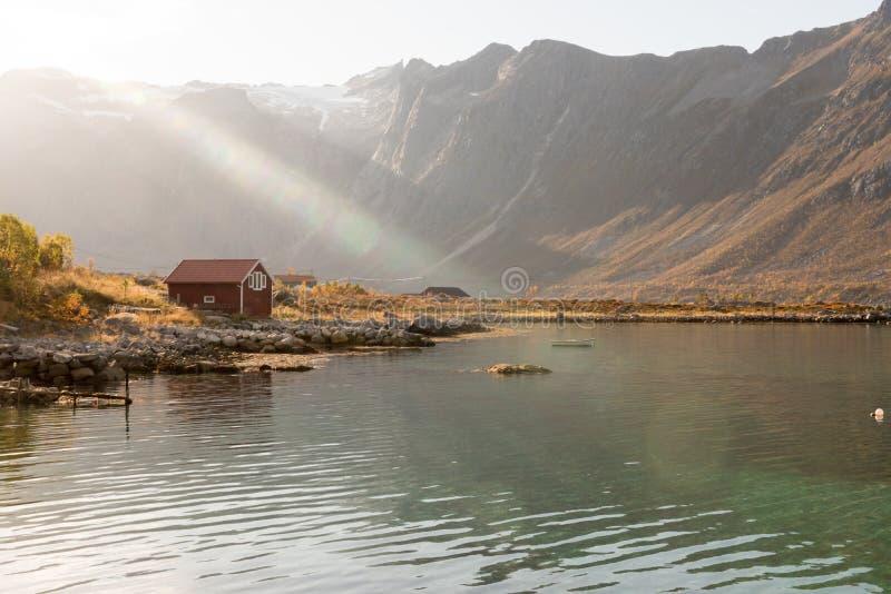 Feixes de luz sobre uma cabana em Tromso, Noruega imagens de stock
