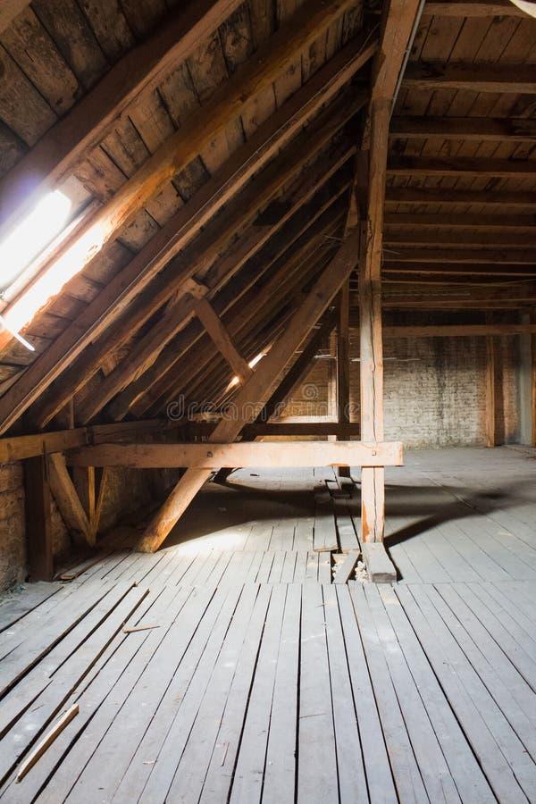 Feixes de madeira no sótão/telhado velhos antes da construção foto de stock