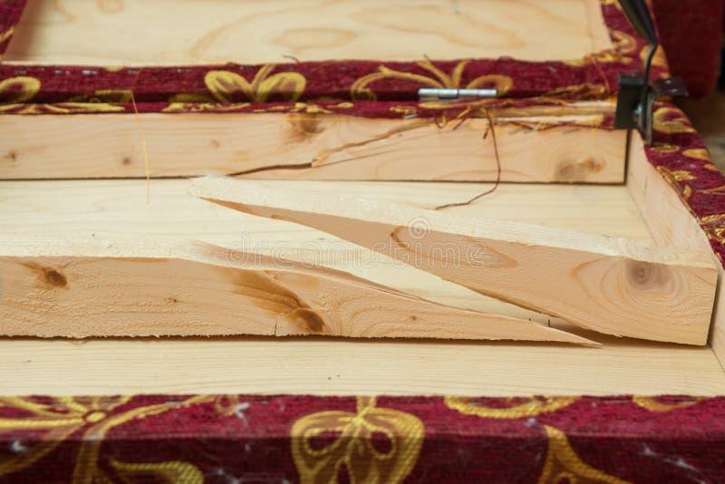 Feixes de madeira quebrados - borda da dureza do sofá foto de stock royalty free