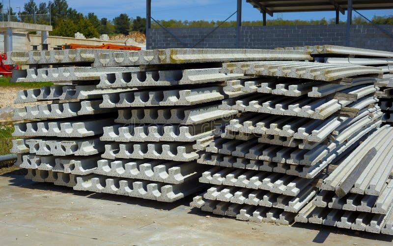 Feixes do concreto pré-reforçado do local do trabalho da construção imagens de stock royalty free