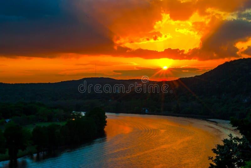 Feixes luminosos de Austin Sunset e explosão de surpresa da estrela dos raios de Sun foto de stock