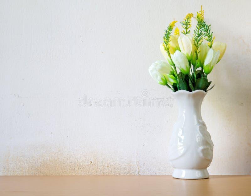 Fejka blommor för inregarnering fotografering för bildbyråer