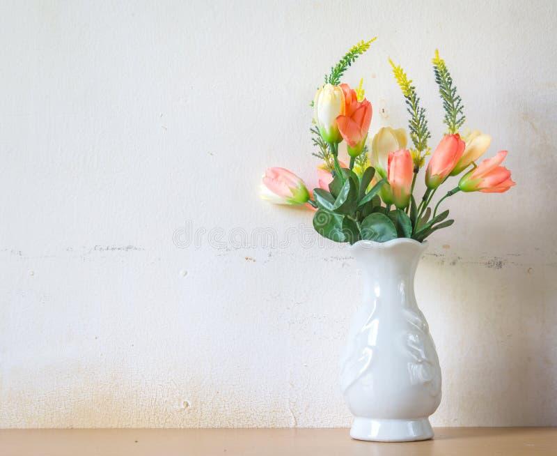 Fejka blommor för inregarnering arkivbilder