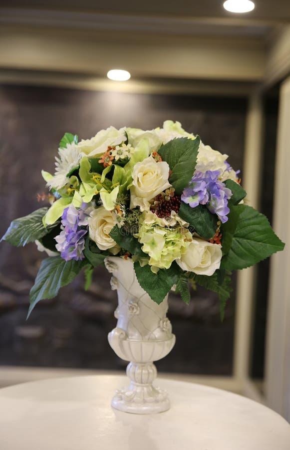 Fejka blommor i vas fotografering för bildbyråer